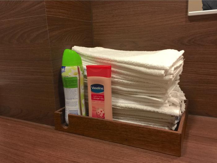 Asianajotoimiston wc:ssä asiakkaat kuivaavat kätensä aitoihin kangaspyyhkeisiin.