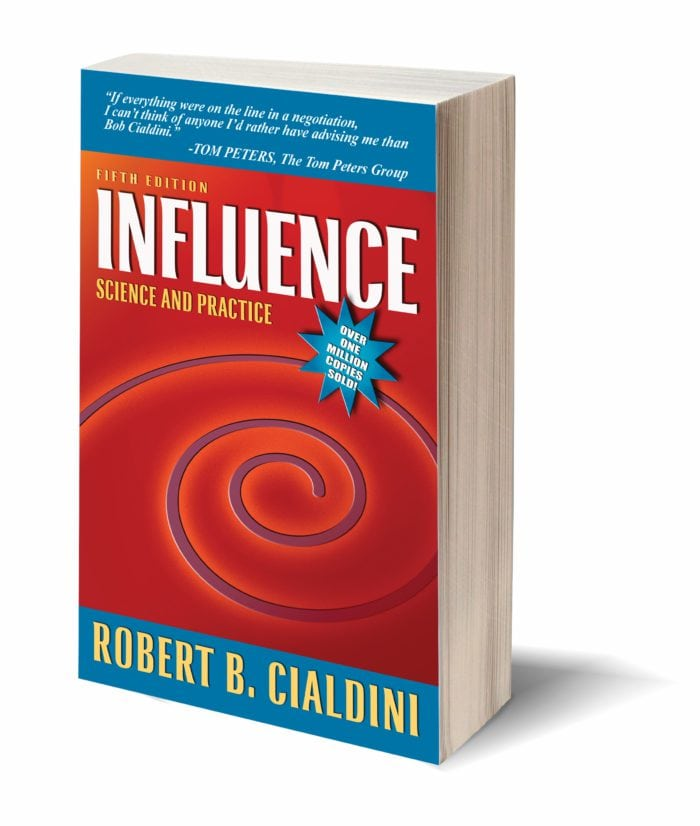 Koulutukseni kymmenestä psykologisesta vivusta peräti kuusi oli alun perin kirjasta Influence, jonka Phoenexin yliopiston emeritus-professori Robert Cialdini kirjoitti jo viime vuosituhannella. Opuksesta tuli vasta paljon myöhemmin valtava hitti.